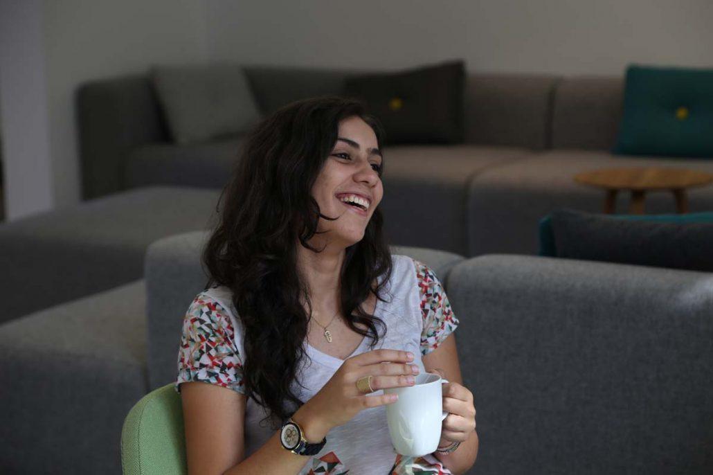 Studentin trinkt Tee im Studenten-Wohnheim