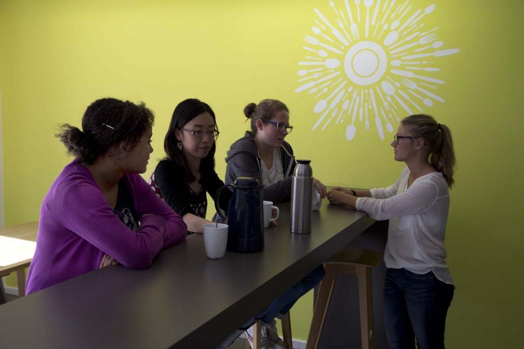 Studentinnen im Gespräch beim Tee