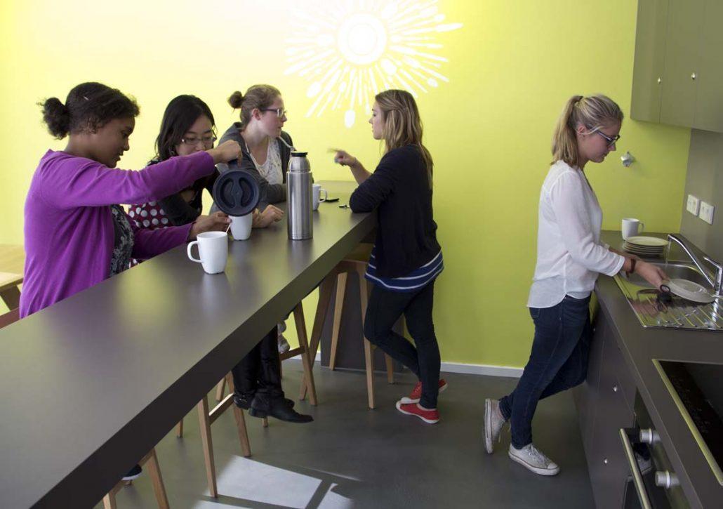 Studentinnen beim Tee