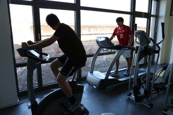 Studenten an Fitnessgeräten