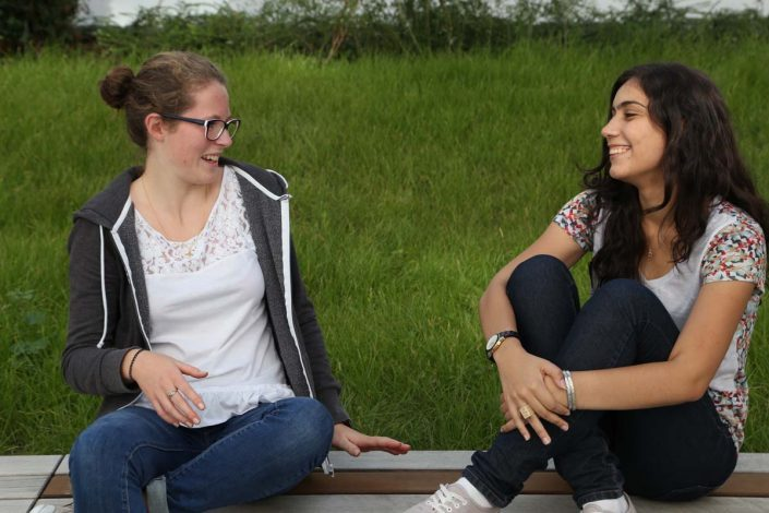 Studentinnen im grünen Innenhof