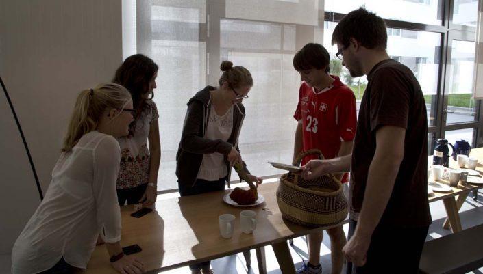 Studenten schneiden Kuchen an
