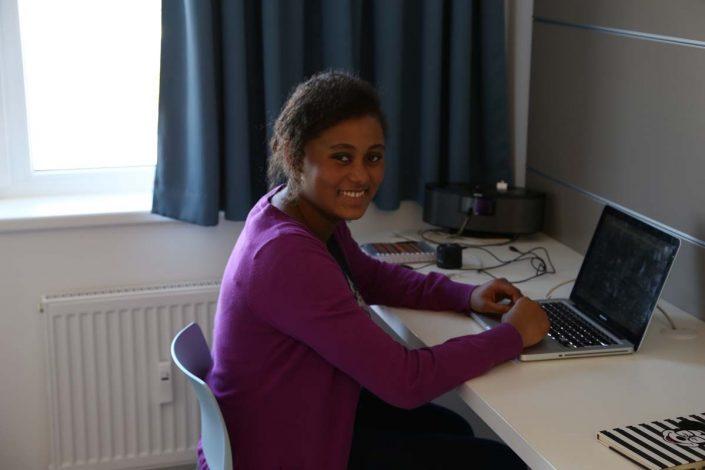 Studentin bei den Hausaufgaben