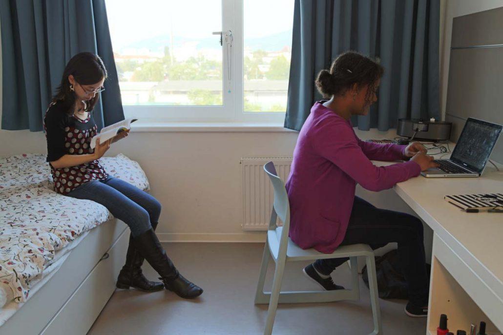 Studentinnen lesen im Studenten-Appartment