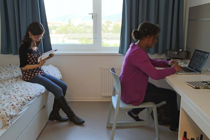 Studentinnen lesen im Studenten-Appartment