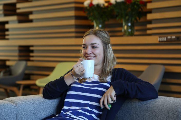 Studentin mit Kaffeetasse in der Pause