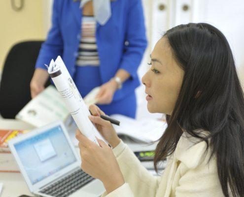Studentin lernt Deutsch für den Beruf