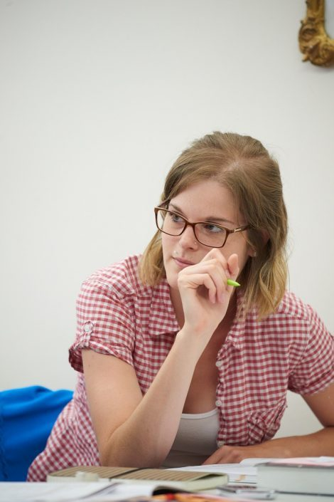 Studentin bei der Vorbereitung auf telc Deutsch B2