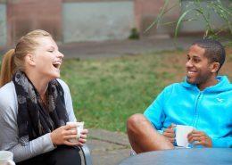 Lachende Studenten in der Pause