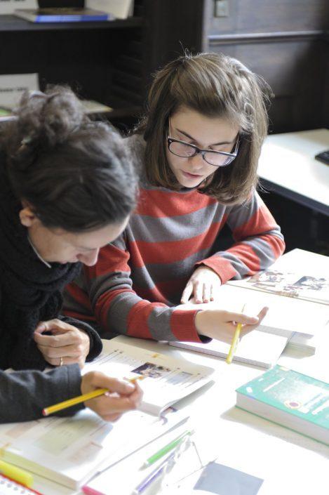 Zwei Studentinnen lernen intensiv Deutsch