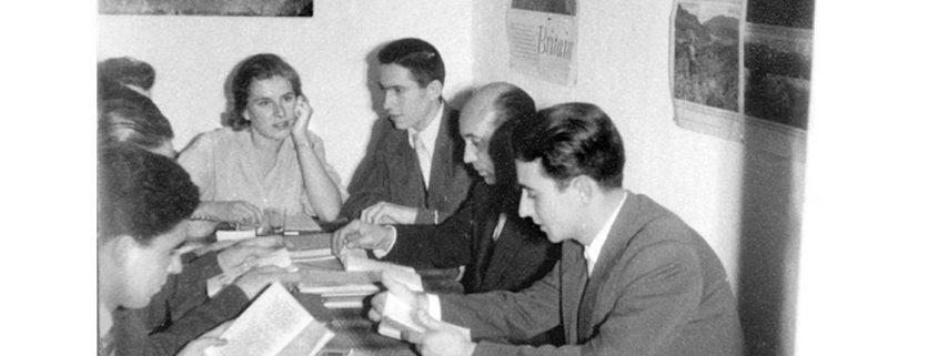 Lehrer von International House am Tisch