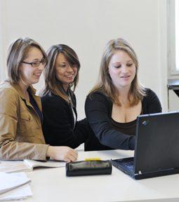 Studentinnen im Gruppenunterricht für Firmen