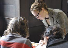Studentin und Lehrerin bei der Vorbereitung auf den TestDaF