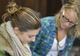 Studentinnen lassen sich individuell beraten