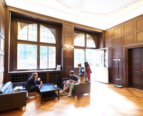Studenten im Eingangsbereich