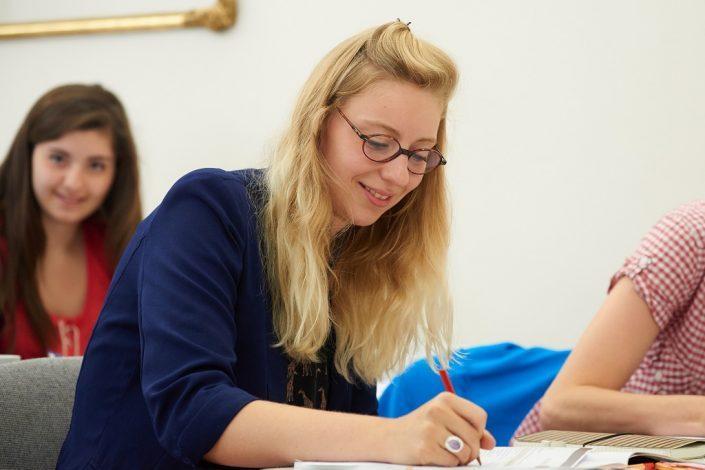 Studentin bei der Vorbereitung auf den TestDaF