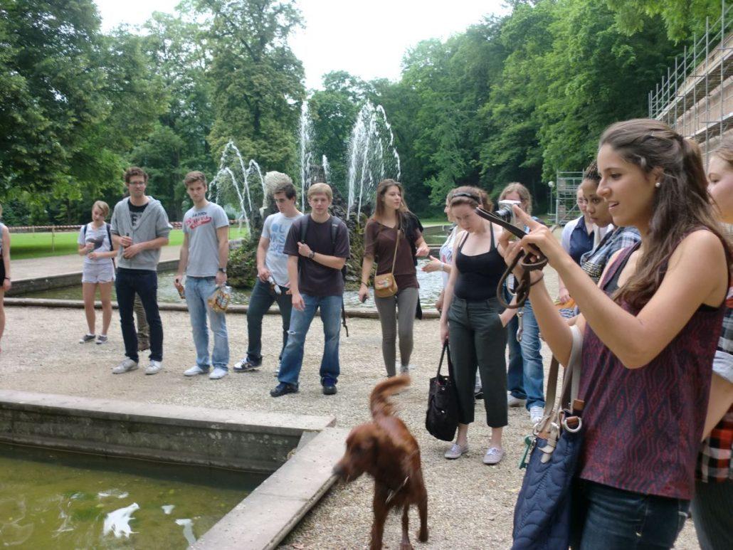 Studenten an einem Wasserbecken im Park