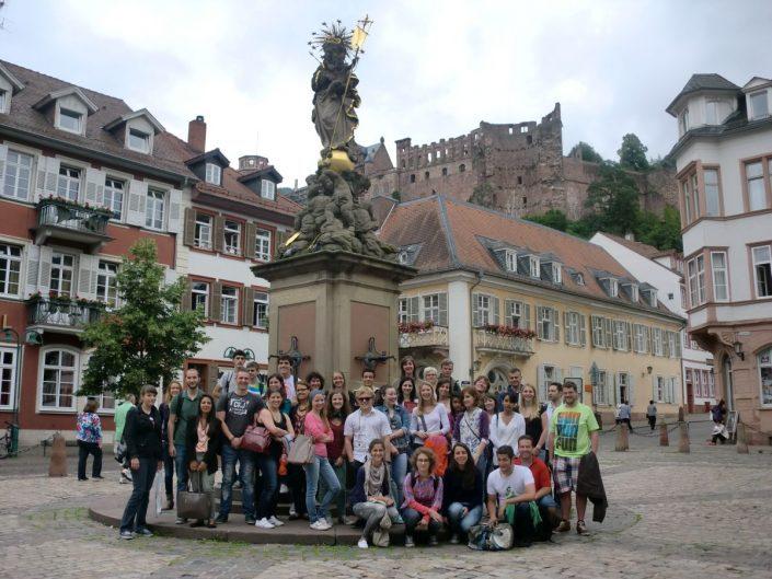 Studenten vor Madonna-Figur