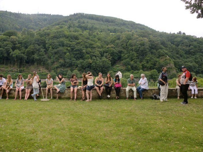 Studenten auf einer grünen Wiese