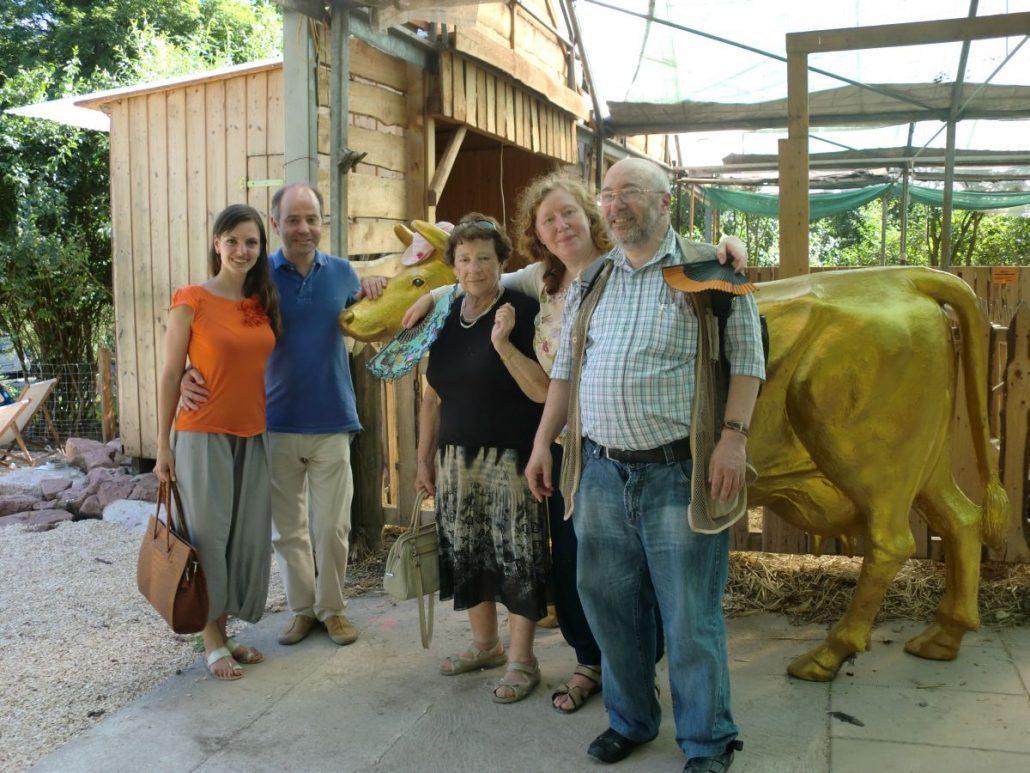 Studenten vor einer Kuh