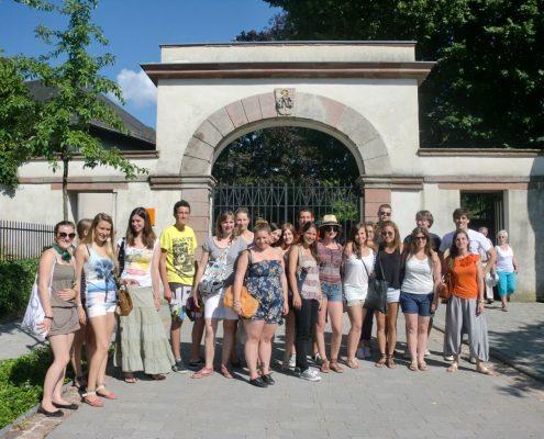 Gruppe von Studenten vor einem Torbogen