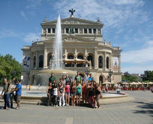 Studenten vor Springbrunnen