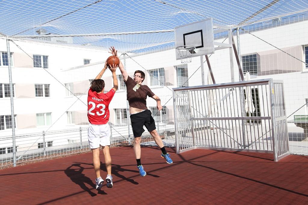 Studenten beim Basketball