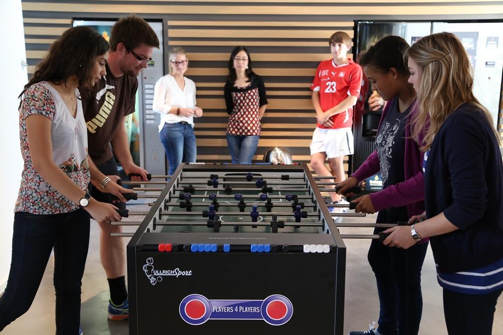 Studenten spielen Tischfußball