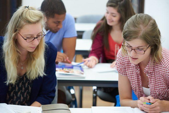 Studenten im kommunikativen Unterricht