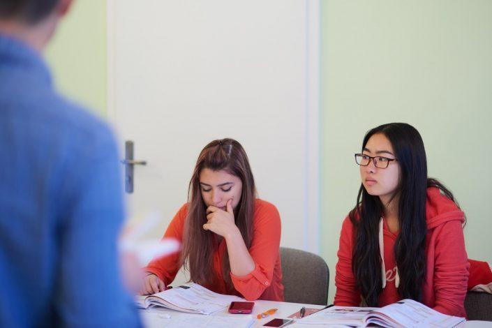Zwei Studentinnen im Deutschunterricht