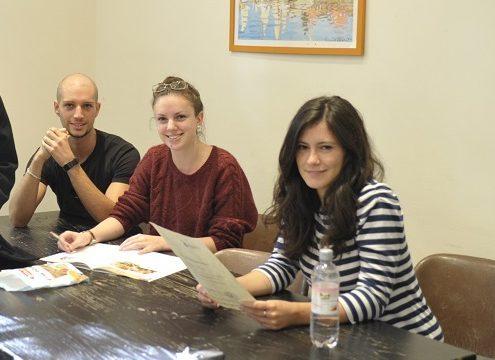 Kursteilnehmer bei der Vorbereitung auf ihr Studium