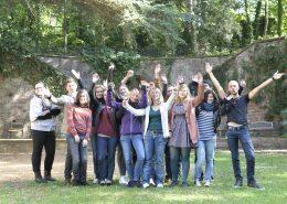 Gruppe von Studenten im Garten der Sprachschule