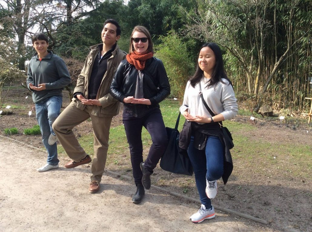 Studenten posieren im Park