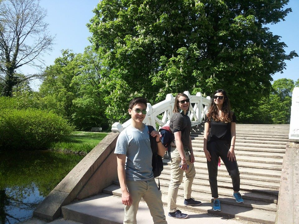 Studenten auf einer Brücke im Park