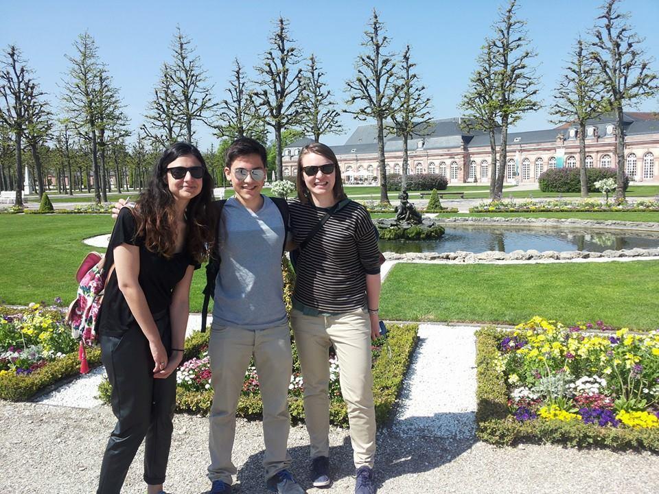 Studenten vor dem Schloss