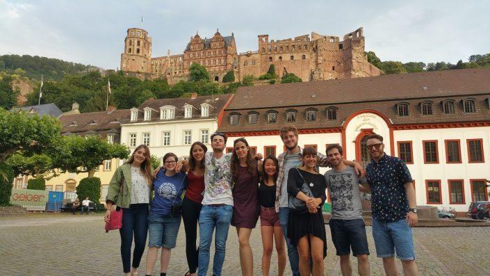Studenten vor dem Heidelberger Schloss
