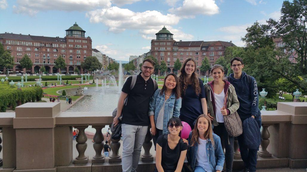 Studenten auf Brücke vor Schloss