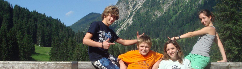 Kursteilnehmer vor Bergkulisse