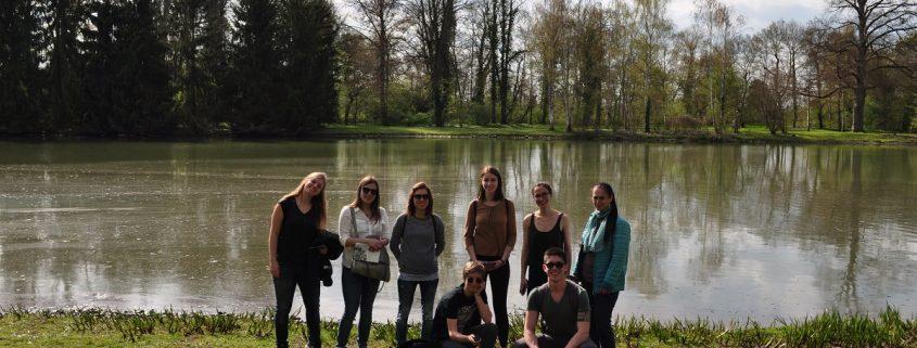 Studenten im Park im Frühling