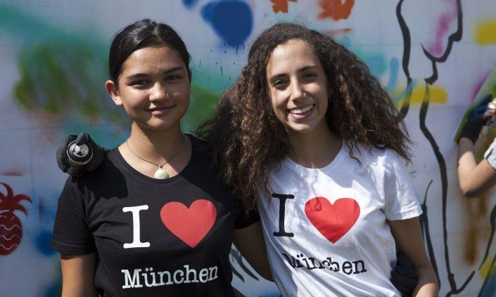 Kursteilnehmerinnen vor Graffiti-Wand
