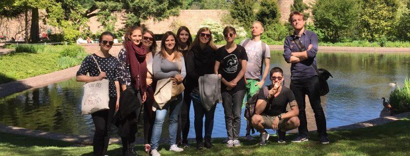 Studenten vor einer Burg in Weinheim